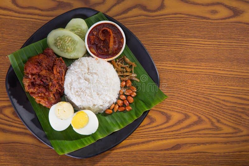 Nasi lemak, ένα παραδοσιακό της Μαλαισίας ρύζι κολλών κάρρυ στοκ εικόνες