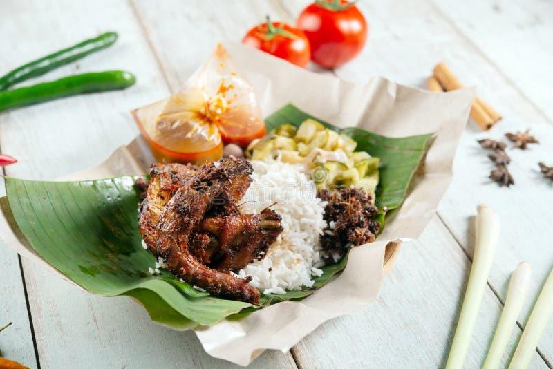 Nasi-lemak kukus mit Wachteln lizenzfreie stockbilder