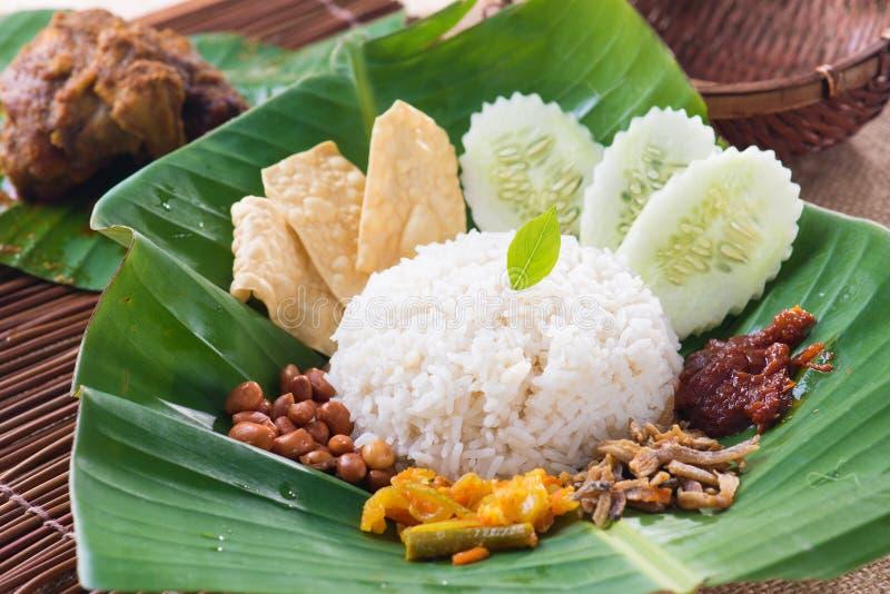 Nasi lemak, tradycyjny malay curry'ego pasty ryż naczynie słuzyć dalej obrazy stock