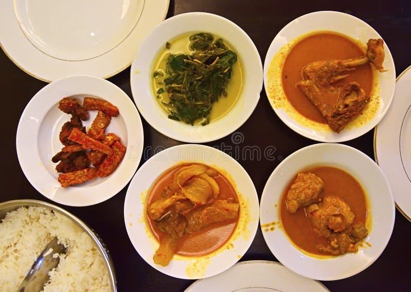Nasi Padang Dishes op platen klaar die om worden gegeten wordt gediend stock afbeelding