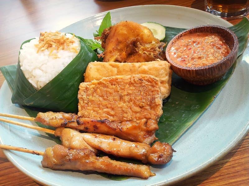 Nasi uduk με το satay, ινδονησιακό πιάτο κοτόπουλου στοκ φωτογραφία με δικαίωμα ελεύθερης χρήσης