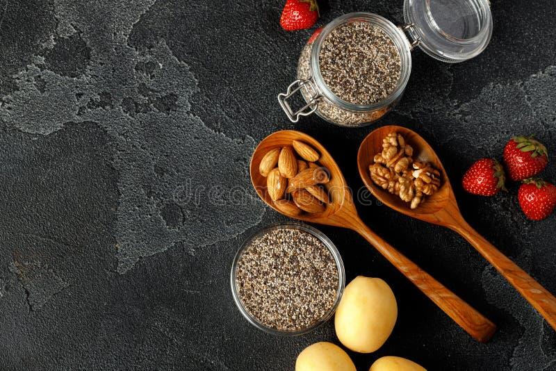 Nasiona chia z jagnięciną i orzechami na białym stole zdjęcia stock
