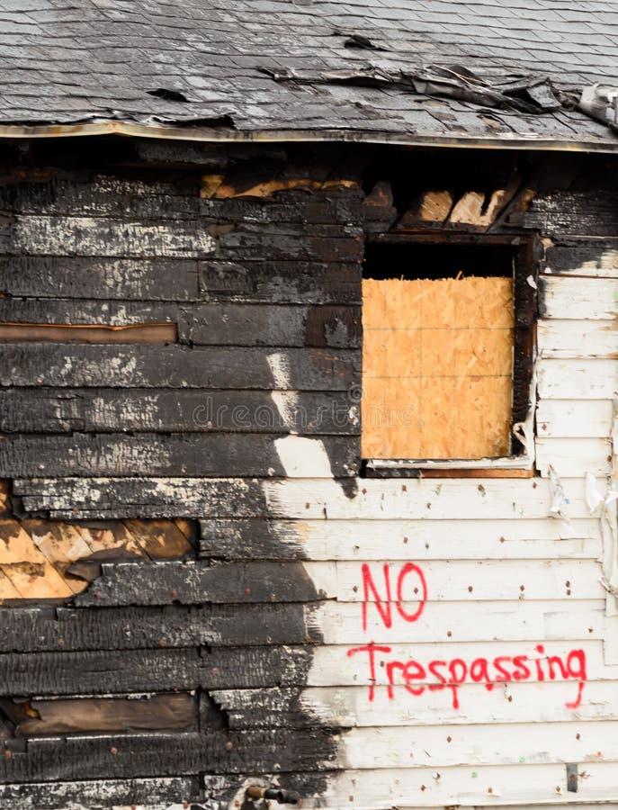 Nasleep van een huisbrand stock afbeelding
