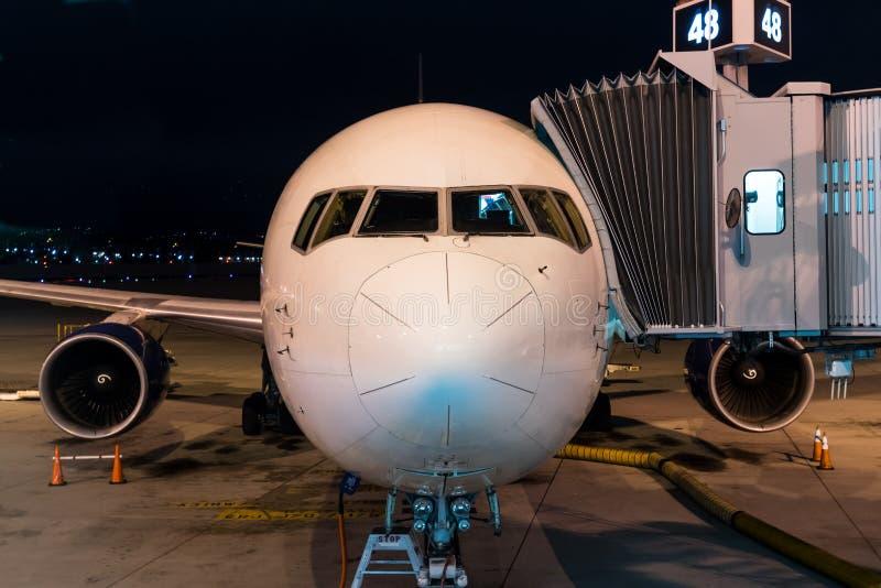 Naso di Jet Liner al portone immagini stock
