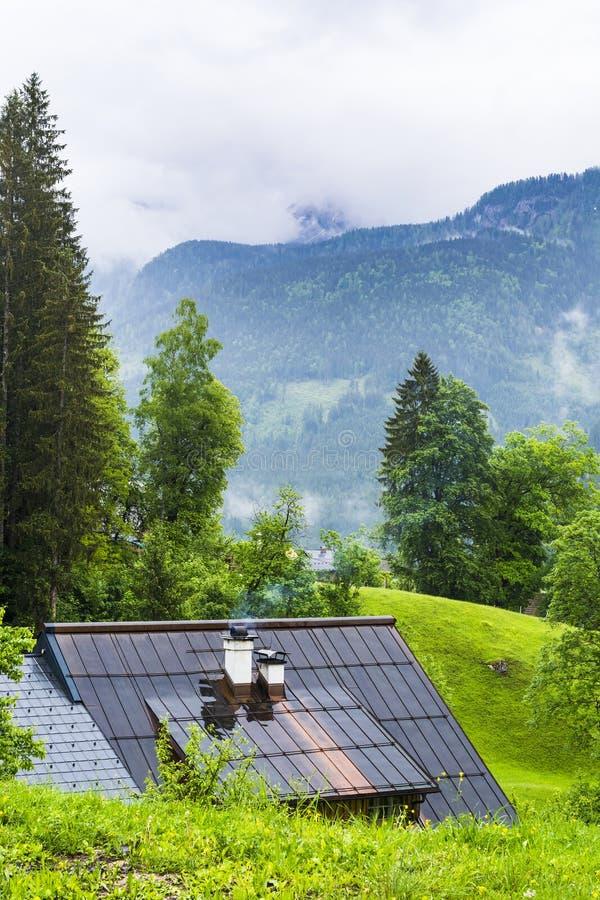 Nass Dach in ländlichem Österreich lizenzfreies stockfoto
