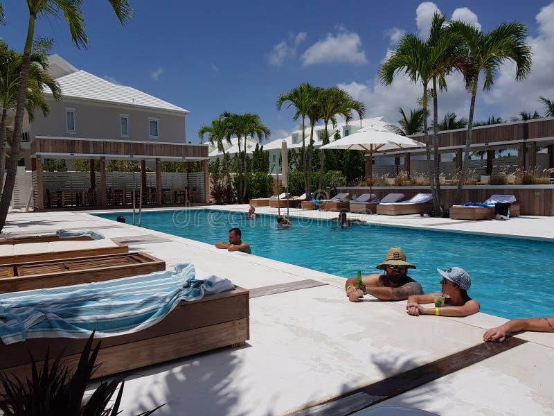 Nassau Bahamas 17 av Juni av 2018 Folket som kyler och kopplar av i en pöl gömma i handflatan in, Caysemesterorten i den Nassau ö arkivfoton