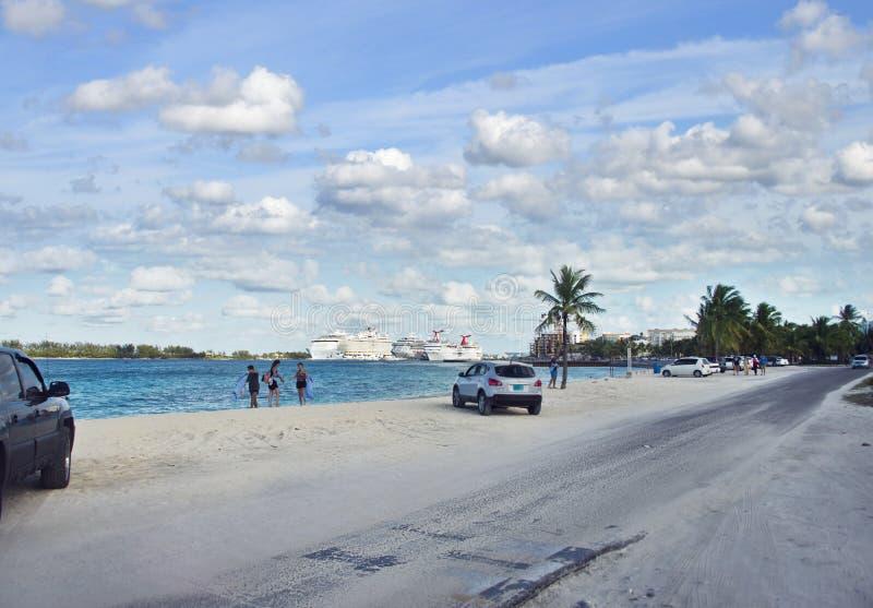 NASSAU, BAHAMAS - 7 de enero de 2019 Playa de la ciudad cerca del puerto de Nassau fotos de archivo libres de regalías