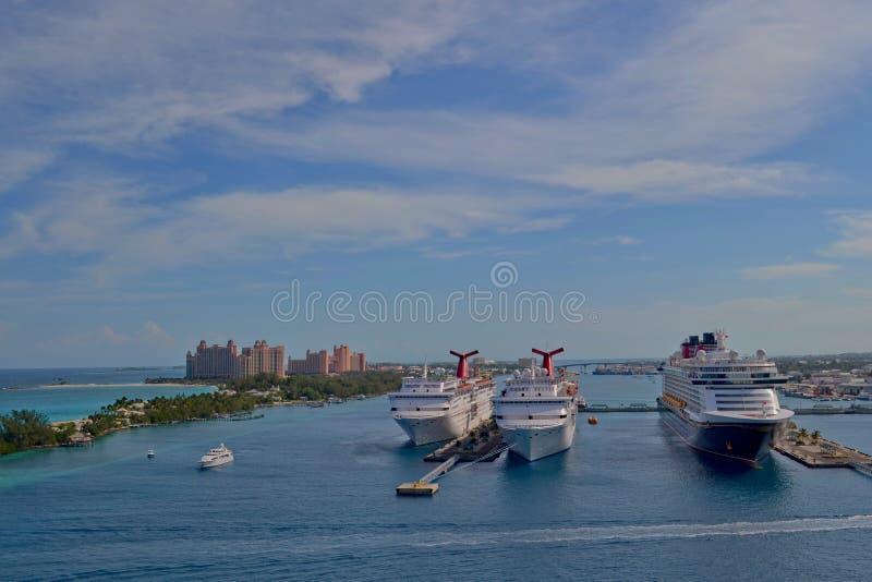 Nassau, Bahamas - 11 de enero de 2015: Vista de barcos de cruceros en el puerto de Nassau y el centro turístico de la Atlántida e imagen de archivo libre de regalías