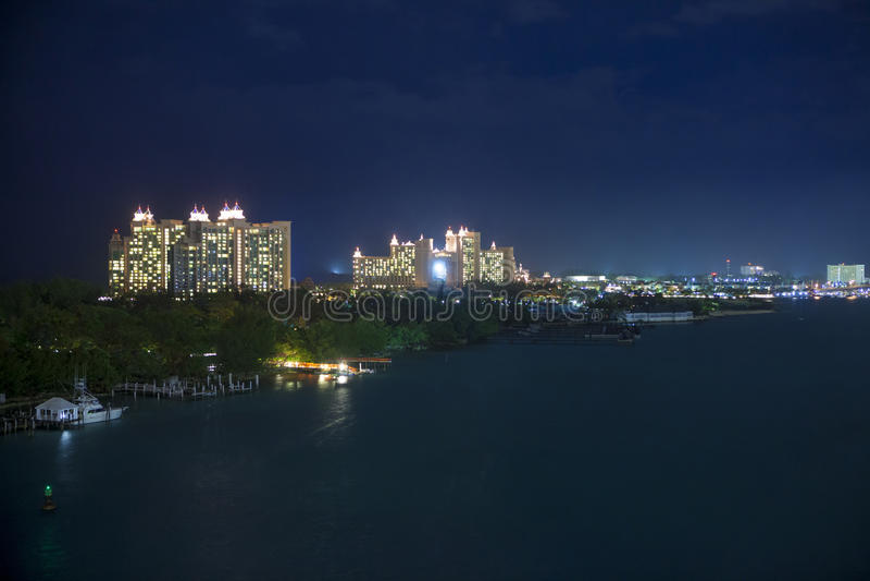 Nassau, Bahamas en la noche fotografía de archivo libre de regalías