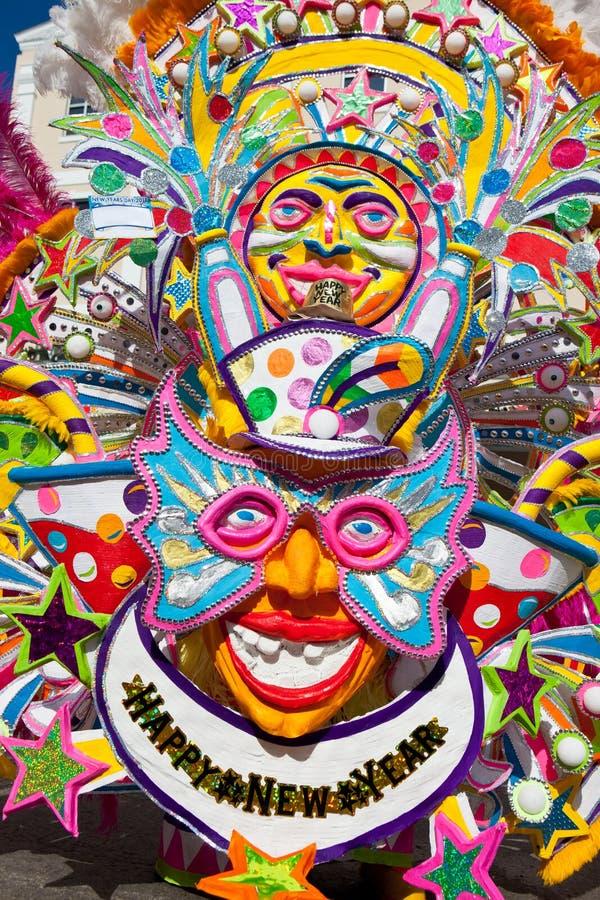NASSAU BAHAMAS - JANUARI 1 - underhållande dräkt som föreställer solen, i Junanoo, gatafestivalen i Nassau på Januari 1, royaltyfri fotografi