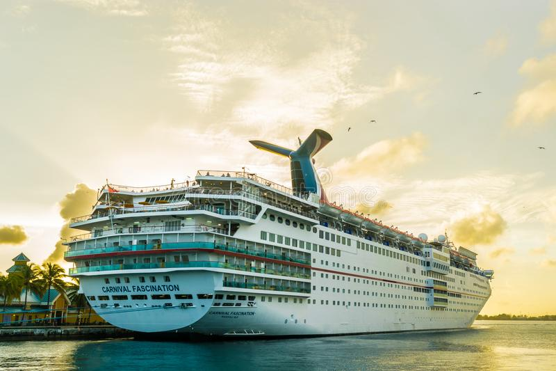 Nassau, de Bahamas - December 02 2015: Carnaval-het Schip van de Betoveringscruise in Nassau Cruisehaven die wordt gedokt royalty-vrije stock afbeelding