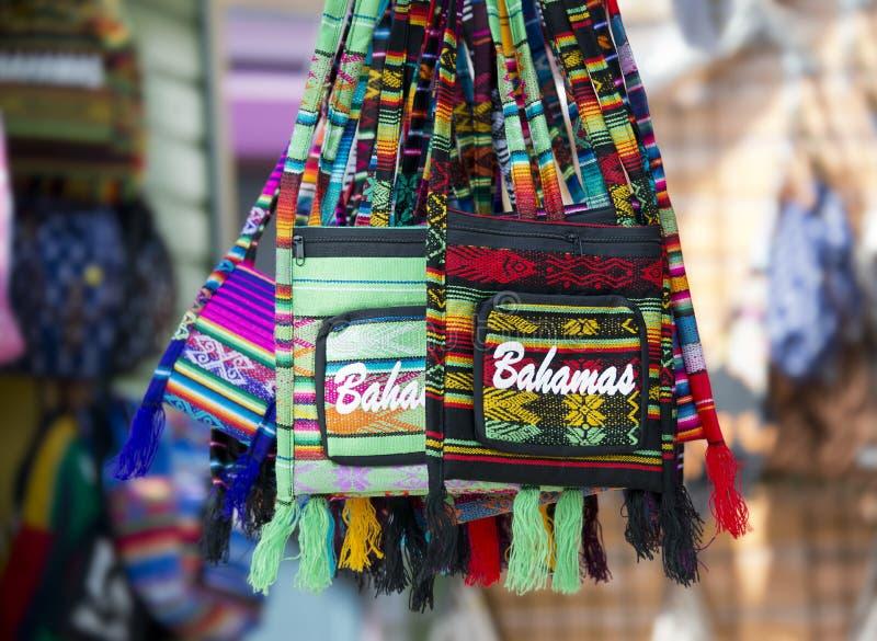 NASSAU, de BAHAMAS - Januari 7, 2019 De herinnerings kleurrijke zakken van de Bahamas royalty-vrije stock afbeelding