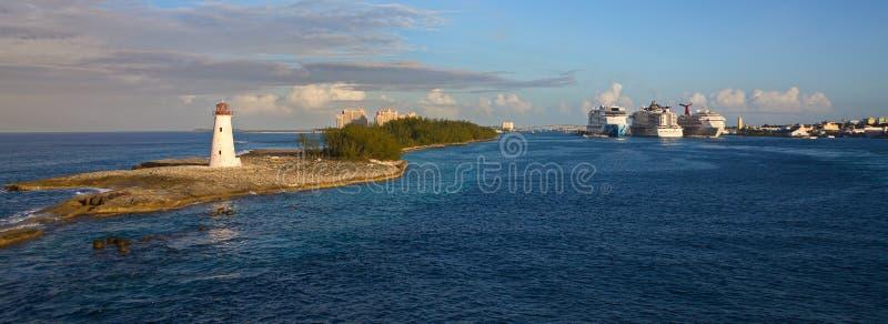 Nassau Vuurtoren met Cruiseschepen royalty-vrije stock foto's
