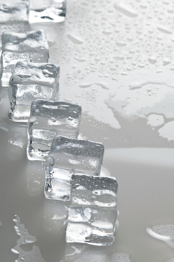 Nasse Eiswürfelnachrichten stockbild