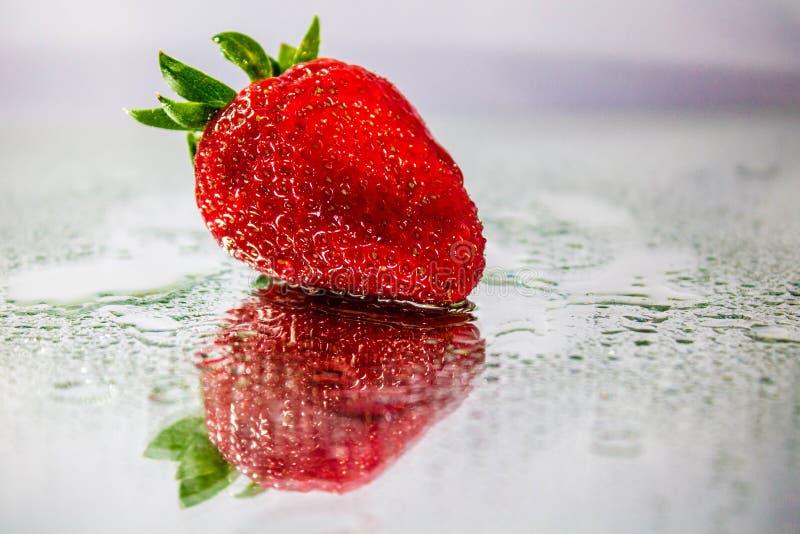 Nasse Erdbeere lizenzfreie stockbilder