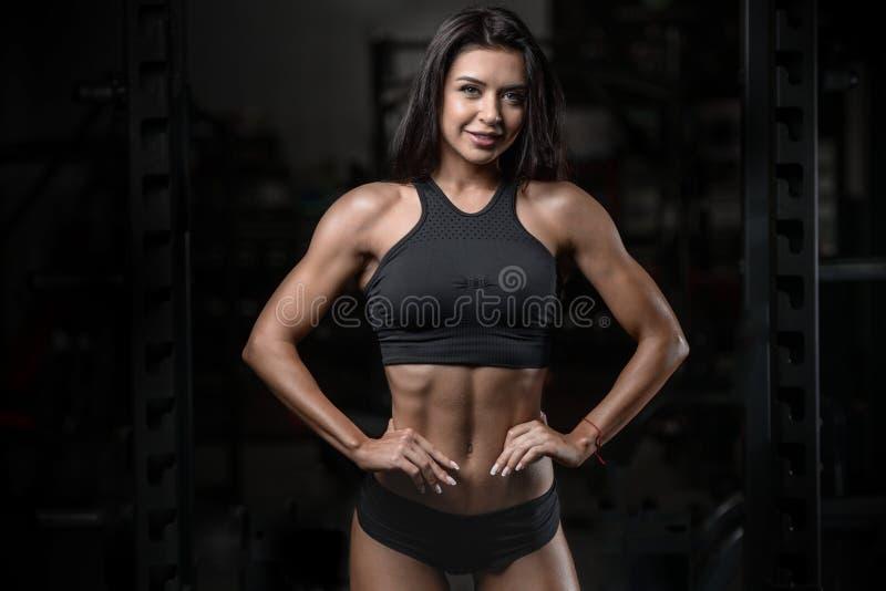 Nasse Frau der sexy Brunetteeignung nach Training in der Turnhalle stockbild