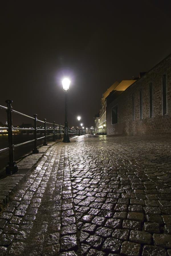 Nasse Kopfsteinstraße in Maastricht. stockbilder