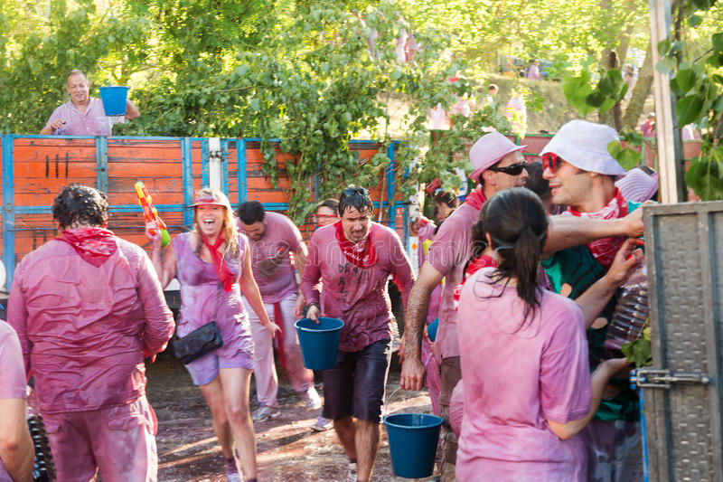 Nasse Leute an Haro Wine Festival-Festival lizenzfreie stockbilder