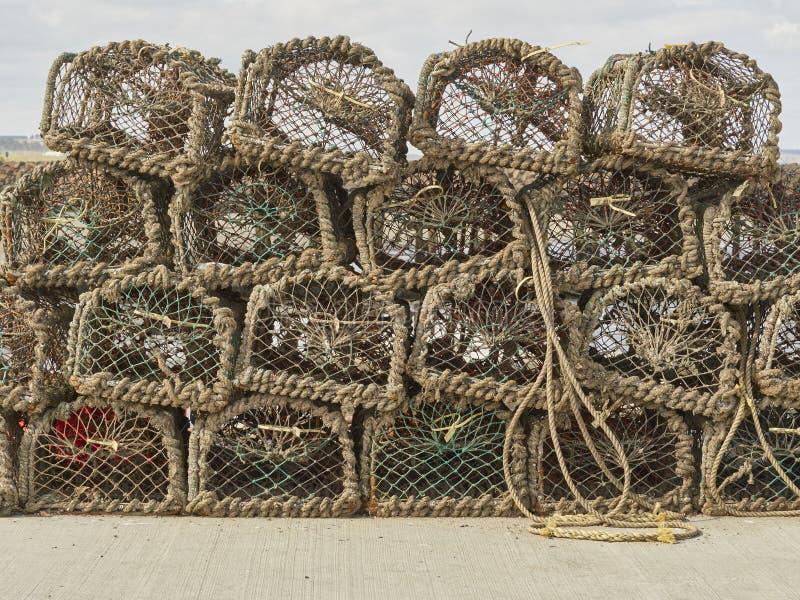 Nasse per crostacei impilate sul porto dell'ambio fotografia stock