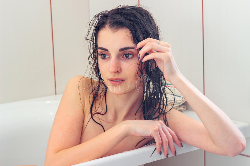 Nasse sexy Frau im Badezimmer lizenzfreies stockbild