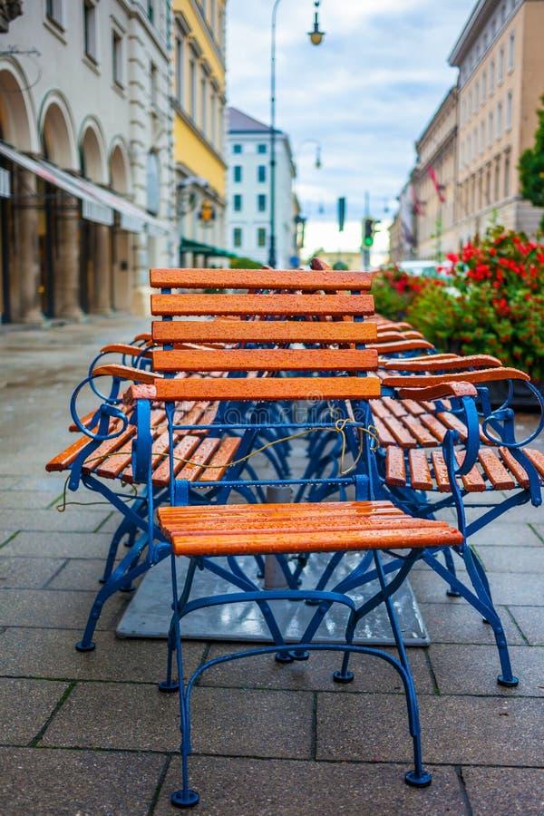 Nasse Stühle auf Morgenstraße stockbilder