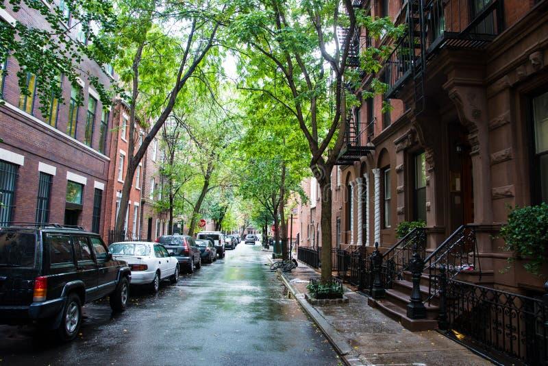 Nasse Straßen und parkendes Auto, Greenwich Village, New York City lizenzfreie stockbilder