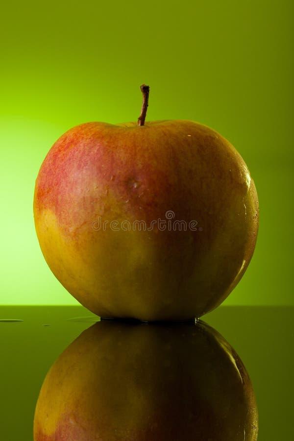 Nasser Apple mit Wassertropfen lizenzfreies stockfoto