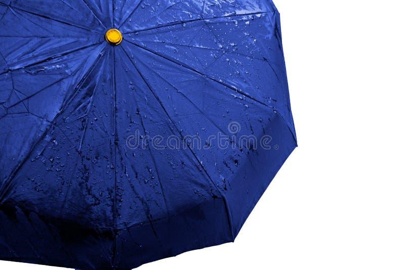 Nasser blauer Regenschirmabschluß herauf Bild auf lokalisiertem Hintergrund Wasserdichter Gewebestoff mit Wasser fällt und spritz stockbilder