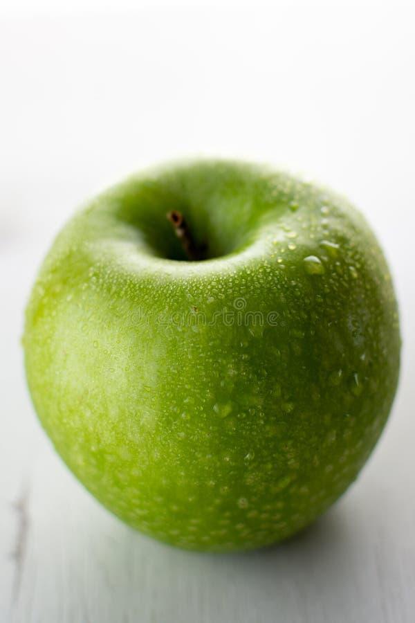 Nasser grüner Apfel stockfotos