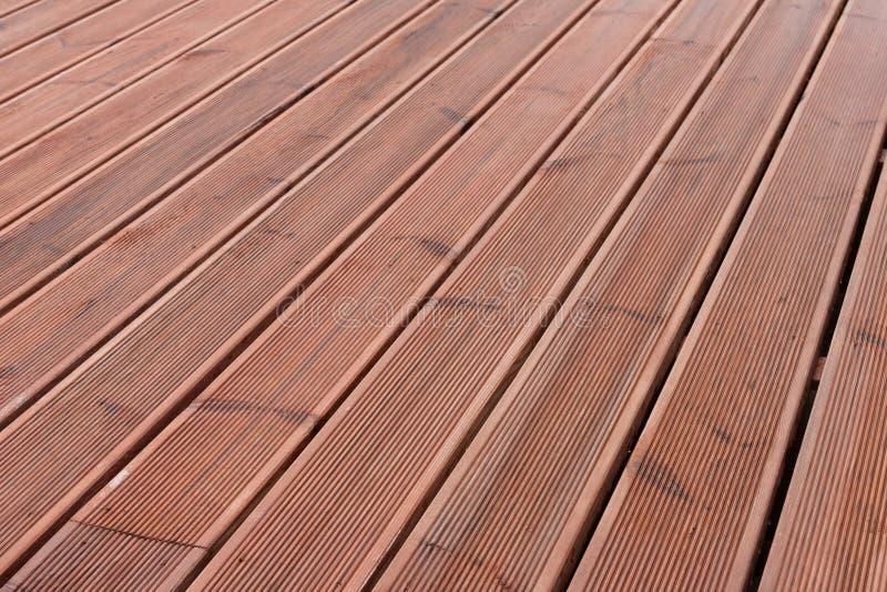 Nasser hölzerner Terrassenbodenhintergrund lizenzfreies stockfoto