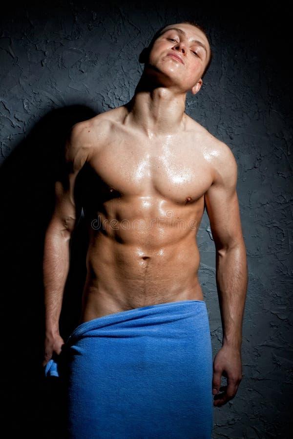Nasser muskulöser Mann lizenzfreie stockbilder