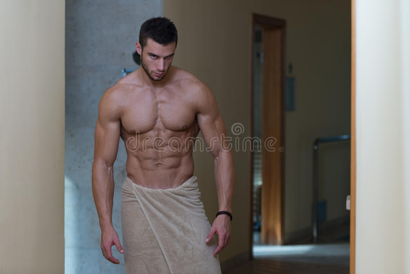 Nasser muskulöser sexy Mann eingewickelt im Tuch stockfotografie