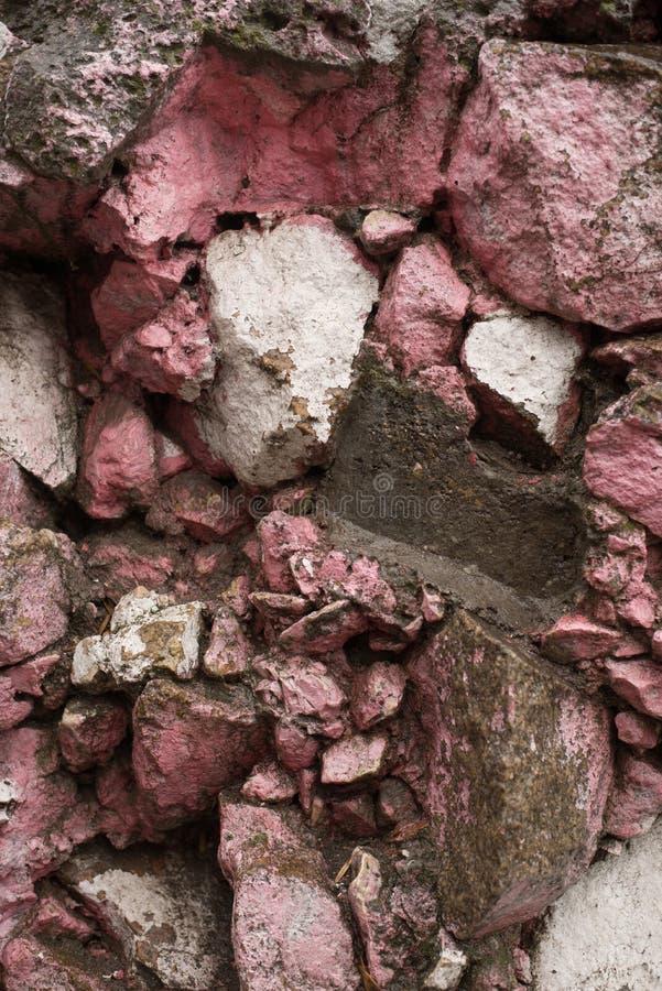 Nasser Steinwandhintergrund Felsen mit Moos stockfotos