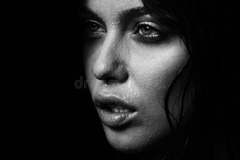 Nasses Frauenporträt mit Wasser fällt auf das Gesicht Rebecca 6 stockfoto
