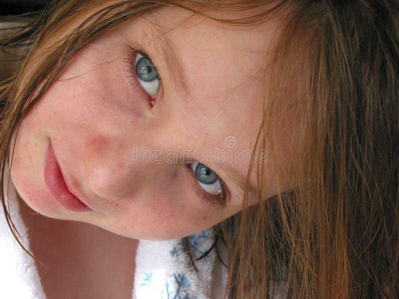 Nasses Haar des Mädchenportraits lizenzfreie stockfotografie
