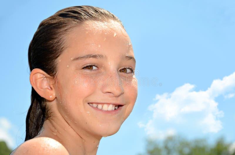 Nasses Mädchen-Lächeln lizenzfreies stockbild