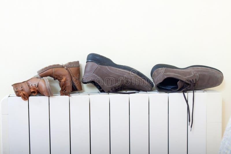 Nasses Schuhtrocknen stockfotos