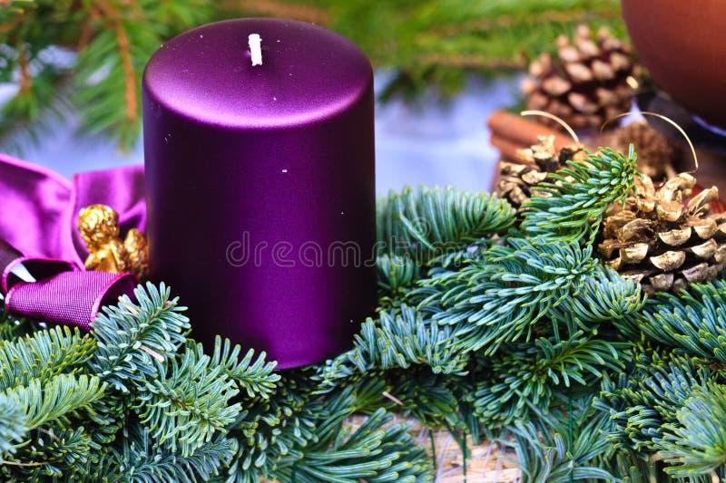 nastania świeczki bożych narodzeń wianek obraz royalty free