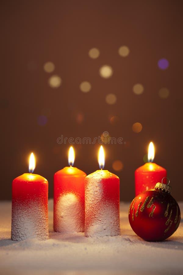 nastania bauble świeczek bożych narodzeń śnieżny drzewo obraz royalty free