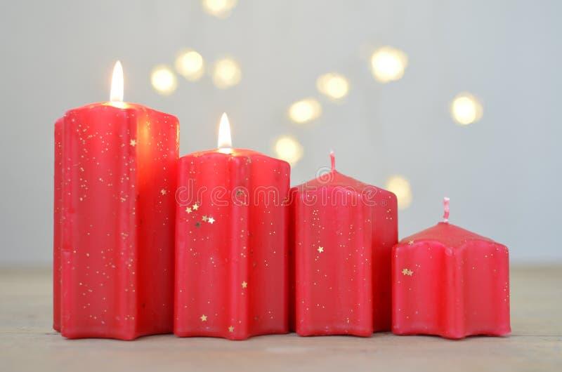 nastanie 2 zaświecającej świeczki 4 czerwonej świeczki Ja bierze Adwentową Niedziela Boże Narodzenia są za drzwi Fotografii dekor zdjęcia stock