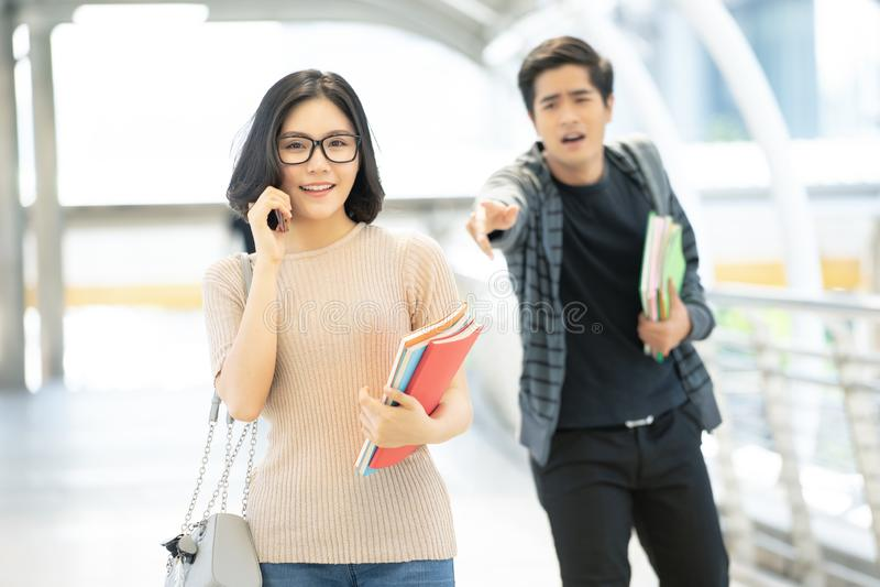 Nastolatek Azjatycka para łama w górę pojęcia Gniewna dziewczyna zdjęcia stock