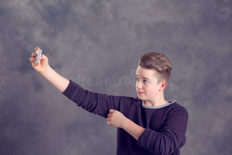 Nastolatek bierze autoportret z telefonem fotografia stock