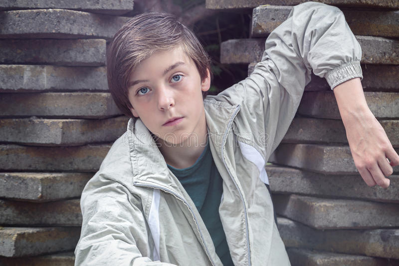 Nastolatek chłopiec opiera na stercie flizy obrazy royalty free