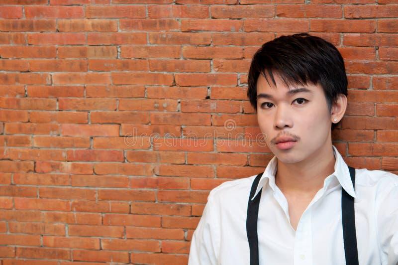 Nastolatek chłopiec z białymi suspenders i koszula obrazy royalty free