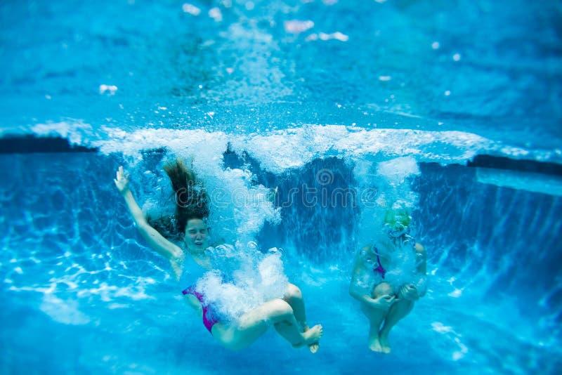 Nastolatek dziewczyn basenu zabawa zdjęcie royalty free