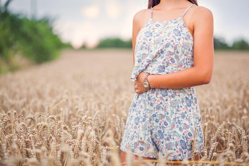 Nastolatek dziewczyna przy pszenicznym polem zdjęcie royalty free