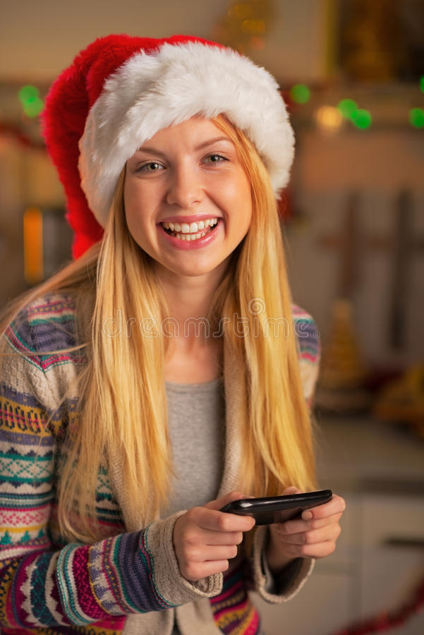 Nastolatek dziewczyna w Santa writing kapeluszowych sms zdjęcia royalty free