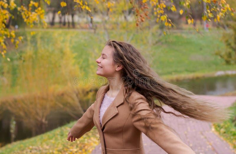Nastolatek dziewczyna wiruje pod ulistnieniem brzoza w aut fotografia royalty free