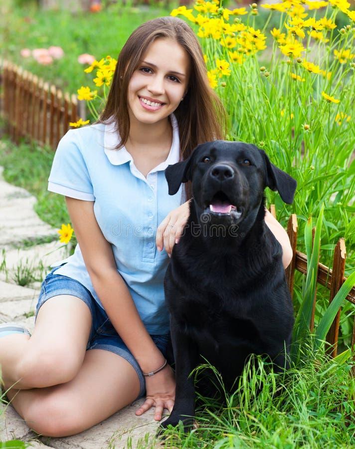 Nastolatek dziewczyna z czarnym Labrador retriever fotografia royalty free