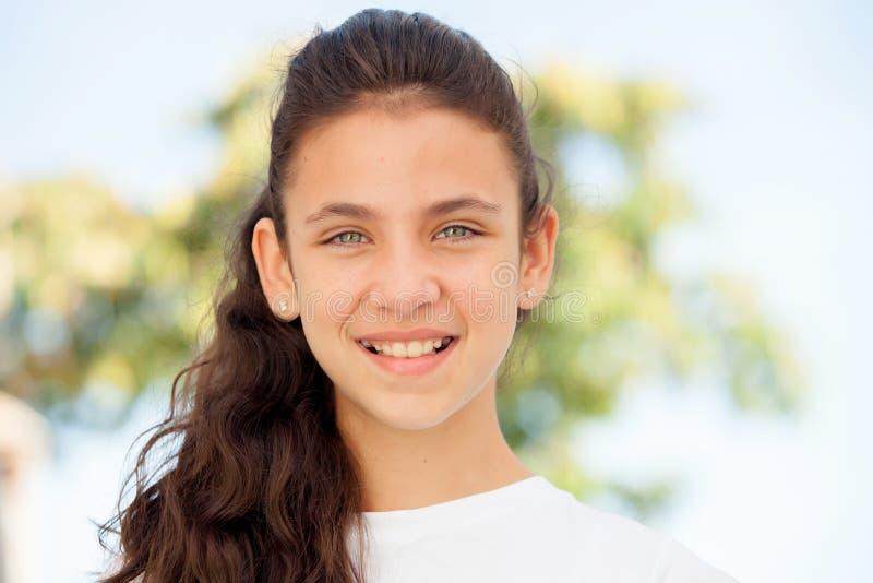 Nastolatek dziewczyna z niebieskich oczu ono uśmiecha się zdjęcia royalty free